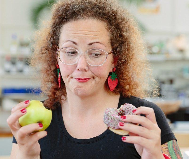 keuzes maken tussen gezonde appel en ongezonde donut