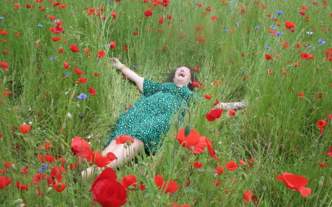 liggend in het gras bodypositive body positivity blij lijf klaprozen